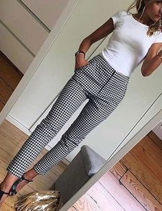 Top ajusté blanc Pantalon noir et blanc White fitted top Black and white trousers, Summer Work Outfits, Casual Work Outfits, Business Casual Outfits, Business Attire, Office Outfits, Work Attire, Work Casual, Spring Outfits, Business Chic