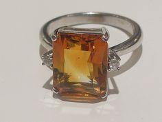 Citrino : É uma variedade de quartzo de cor amarela , laranja ou , excepcionalmente , avermelhada. Seu nome vem do latim cítrus , que é auto-explicativo. anel ouro 18k