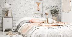 Oh, la, la, ce matin, j'ai carrément craqué sur ce lit aux couleurs tendres qui semble si douillet, atténuant parfaitement la rudesse du m...