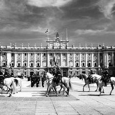 Cambio de Guardia frente al Palacio Real. Sabías que la guardia real española es de las más antiguas de Europa? http://ift.tt/2pL8dKz