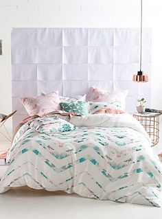 Un design australien signé Linen House chez Simons Maison.  Le motif de méga zigzag, très tendance en déco, se découpe comme des fenêtres sur un motif digital composé d'audacieux coloris pastel pour donner une ambiance rafraîchissante et moderne à votre décor. Revers à motif épuré souligné d'un passepoil blanc.  Cache-oreiller euro vendu séparément.      L'ensemble comprend :   Jumeau : 1 housse 66x90 pouces, 1 cache-oreiller 20x26 pouces  Double : 1 housse 84x90 pouces, 2 cache-oreillers…