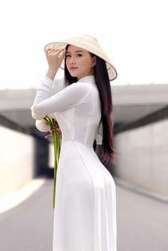 Vietnamese Asian Girl in White Ao Dai Long Dress and Hat. Ao Dai, Vietnamese Traditional Dress, Traditional Dresses, Beautiful Asian Women, Sexy Asian Girls, Looks Style, Asian Fashion, Asian Woman, Sexy Dresses