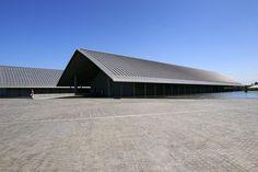 切妻造 -Gable concrete example of modern architecture ( Sagawa Art Museum ) Japan Architecture, Interior Architecture, Museum Architecture, Contemporary Architecture, Interior Design, Building Exterior, Roof Design, Design Art, Art Museum