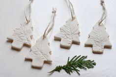 kreative Weihnachtsbäume aus weißer Modeliermasse basteln