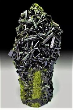 Epidote {Ca {Al 2 Fe (Si 2 O (SiO O (OH) clinozoisite group> Epidote Supergroup silicates (germanates) B: sorosilicates G: sorosilicates with mixed SiO 4 and Si 2 O 7 groups; Minerals And Gemstones, Rocks And Minerals, Natural Crystals, Stones And Crystals, Gem Stones, Beautiful Rocks, Mineral Stone, Rocks And Gems, Science