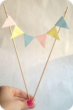 DIY: Guirnalda para tartas | Aprender manualidades es facilisimo.com Diy Birthday Decorations, Birthday Diy, Happy Birthday, Birthday Parties, Diy Cake Topper, Cupcake Toppers, Diy Food Gifts, Diy Paper, Little Gifts