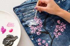 If you are into DIY clothing hacks and floral motifs and you would really love to have a nice pair of cherry blossom boyfriend jeans for the spring/summer season, then you are in the right place. Blake Lively, Diy Jeans, Jeans Boyfriend, Painted Jeans, Painted Clothes, Painted Shoes, Jean Diy, Black Fabric Paint, Jeans Drawing