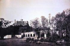 En primer plano el acueducto de Chapultepec y al fondo se aprecia el castillo.  Finales de siglo XIX.