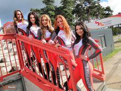 VIP-promo promotieteam met maatkleding catsuits voor grid girl pit babe look op circuit Zolder in Belgie. Tags: custom made, outfit, kostuum, pitspoezen, gridgirls, promobabe, promoteam, vippromo, promotiekleding door vip promo, autosport, motorsport