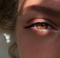 She had hazel eyes, more green than brown and beautiful golden hair. Her face lit up as she smiled, eyes twinkling like Orion's stars. Pretty Eyes, Beautiful Eyes, Carrie, Aesthetic Eyes, Crying Aesthetic, Aesthetic Girl, Photo Portrait, Eye Photography, Amazing Photography