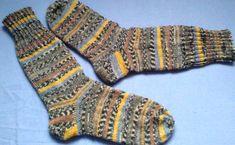 """Chlapácké...+Dovoluji+si+vám+nabídnout+další+pánské+ponožky,+tentokrát+z+ponožkové+příze+od+firmy+Opal,jedna+z+nejkvalitnějších+dostupných+ponožkovek.+Soukromě+jsem+si+je+nazvala+""""podzimní"""",+ne+však+kvůli+hřejivosti,+ale+kvůli+barevné+kombinaci.+Jsou+vhodné+jak+pro+doma,+tak+i+na+ven+do+bot.+Upletla+jsem+vyšší+s+delším+pružným+nápletem,+aby+bylo+zajištěno,..."""