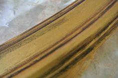 Detalle del espejo pintado en oro viejo