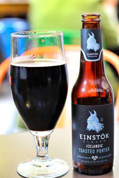 Cerveza Einstöck tostada, producto de Islandia.