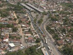 Em Olinda, colisão entre ônibus e moto complica trânsito na PE-15  Acidente aconteceu junto à Rua Peixe Agulha, no bairro de Ouro Preto.  Trânsito no sentido Paulista-Recife ficou complicado. Um ônibus e uma moto se envolveram em um acidente na manhã desta quinta-feira (1º) na PE-15 junto a entrada do bairro de Ouro Preto, em Olinda. O ônibus estava entrando na na Rua Peixe Agulha quando colidiu com a moto. O motorista da motocicleta não se feriu.    Como o acidente aconteceu na esquina, ...