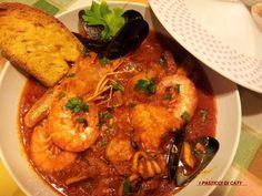 la zuppa di pesce senza spine!!Si è deliziosa...e poi accompagnata da delle fettone di pane tostato con l'aglio e l'olio. Seafood Soup, Fish And Seafood, Seafood Recipes, Zuppa De Pesce Recipe, Fish And Chips, Tempura, Zuppa Toscana Suppe, Orzo, Pane Tostato