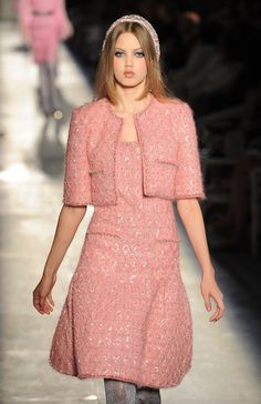 Chanel: Runway - Paris Fashion Week Haute Couture F/W bell shape skirt with crop Chanel jacket Haute Couture Style, Chanel Couture, Chanel Runway, Chanel Fashion Show, Pink Fashion, Love Fashion, Runway Fashion, Fashion Dresses, Fashion Week Paris