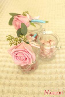 Różowa róża w butonierce ślubnej