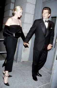 Le couple formé par Carolyn Bessette et John F. Kennedy Jr. a marqué la fin des années 90 avec leur sens inné du style. En 24 clichés, retour sur une romance à l'américaine devenue mythique.