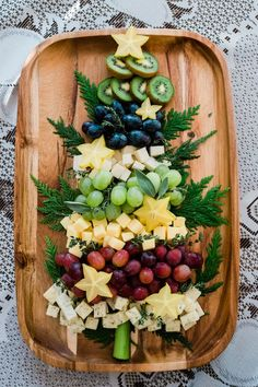 Christmas Tree Cheese Board - Muy Bueno Cookbook - Christmas Food, Crafts and Decorations - Appetizers for party Christmas Snacks, Xmas Food, Christmas Brunch, Christmas Cooking, Christmas Goodies, Holiday Treats, Christmas Fun, Christmas Decorations, Christmas Playlist