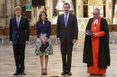 Los reyes y Harry, muy solemnes en señal de respeto, en la abadía de Westminster, un templo cargado de historia y simbolismo para la familia real británica.