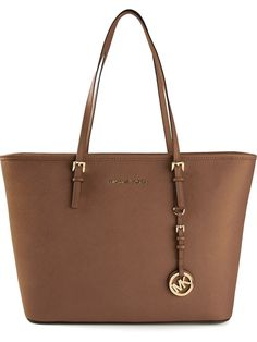 Michael Michael Kors Bolsa tote modelo Jet Set Travel Source by oasishighfashionhandbags femininas faculdade Michael Kors Jet Set, Michael Kors Outlet, Handbags Michael Kors, Coach Handbags, Purses And Handbags, Brown Handbags, Cheap Handbags, Fashion Handbags, Fashion Bags
