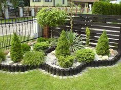 rabatt dekorsten Fix up your lawn (and amp up your curb appeal) with these easy front and backyard landscaping improvements. Garden Retaining Wall, Landscaping Retaining Walls, Front Yard Landscaping, Landscaping Ideas, Back Gardens, Outdoor Gardens, Front Yard Design, Backyard Garden Design, Sloped Backyard