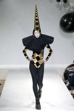Gareth Pugh Fall 2006 Ready-to-Wear Collection Photos - Vogue Weird Fashion, Fashion Art, Runway Fashion, High Fashion, Fashion Design, Latex Fashion, Emo Fashion, Gothic Fashion, Fall Fashion