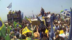 Aécio canta hino nacional com multidão em Copacabana