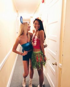 Check out our top couples Halloween costume ideas. From funny costumes to famous couples to historical costumes, this mom here has some great inspiration. Halloween Outfits, Stitch Halloween Costume, Lilo And Stitch Costume, Cute Group Halloween Costumes, Trendy Halloween, Girl Costumes, Halloween Halloween, Halloween Costumes For Bestfriends, Stitch Costume Diy