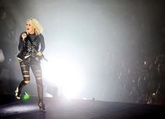 Academy Of Country Music, Country Music Singers, Country Artists, Carrie Underwood Remind Me, Carrie Underwood Pictures, Carrie Underwood Storyteller Tour, Ellie Golding, Entertainer Of The Year, Small Town Girl