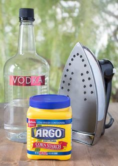Learn how to make liquid spray starch. 3 ways to make non-toxic spray starch for pennies! Household Cleaners, Diy Cleaners, Household Tips, Starch Foods, Starch Recipes, Cleaning Recipes, Cleaning Hacks, Cleaning Solutions, Cleaning Supplies