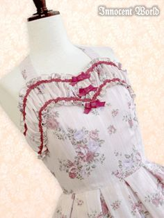 <3 Sweetheart neckline, parallel to two lace lines.  <3 Texture between lines.