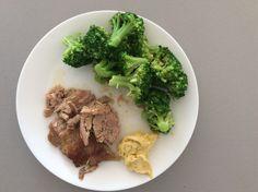 Vepřová kýta pečená s mangalica slaninou a česnekem, brokolice a slaninová majonéza