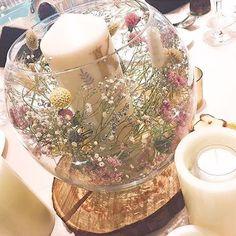 *̣̣̥◌⑅⃝♡ まんまるのガラスドームを使った ナチュラル可愛い#ゲストテーブル装花 ✨ * 大きなガラスの中には #テーブルナンバー の#キャンドル 周りには#ドライフラワー がいっぱいに 飾られていて、下には#切り株 さらに周りにもキャンドルがあります✨ * #ナチュラルウェディング にぴったりの 素敵な#テーブルコーディネート です ドライフラワーを使うと可愛くて 節約にもなるので一石二鳥 * marryのサイトにはガラスドームの可愛い飾り付けの記事もあるのでご覧ください ♡*̣̣̥◌⑅⃝ photo by @mami309 #プレ花嫁#卒花嫁#卒花#結婚式#結婚#結婚式準備#ウェディングレポ#婚約中#婚約#プロポーズ#ゲストテーブル#marry#marryxoxo