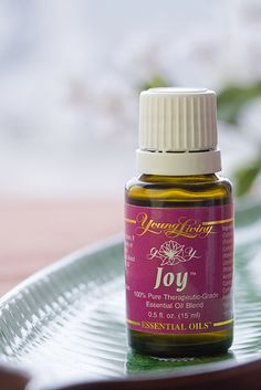 DIY: Hand Moisturizing with Essential Oils Young Essential Oils, Therapeutic Essential Oils, Essential Oil Blends, Young Living Oils, Oil Uses, Moisturizer, Essentials, Healing, Pure Products