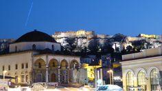 Fotografía: Rebeca Pizarro - Plaza de Monasteraki - Atenas Plaza, Taj Mahal, Mansions, House Styles, Building, Travel, Athens, Palaces, Vacation