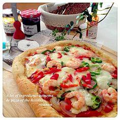 天気も微妙な今日のランチは子供も一緒にトッピングできるお家ピザです 自家製トマトソースに玉ねぎ、ハム、海老、ピーマン、パプリカにモッツァレラを鬼がけ(笑) あとは昨日焼いたノアレザンにクリチとブルーベリージャム塗りたくって食べまーす - 355件のもぐもぐ - 盛りすぎ自家製ピザで土曜ランチ by りるのん