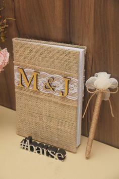 Caderno de recados básico, decorado com tema rústico. Acompanha caneta. Para os convidados deixarem recados aos noivos no grande dia.