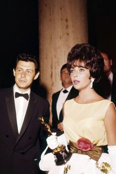 The Academy Awards Ceremony Elizabeth Taylor Best Actress Oscar for ''BUtterfield with her husband Eddie Fisher. Vanity Fair Every Best Actress Oscar Winner in History Photo Hollywood Fashion, Classic Hollywood, Old Hollywood, Hollywood Stars, Gary Cooper, English Actresses, Actors & Actresses, Marilyn Monroe, Elizabeth Taylor Style