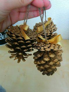 Decoracion para navidad en color beige y dorado colores y navidad - Pinas decoradas para navidad ...