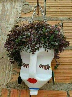 As plantinhas vão ter uma cariinspiration for a Scarecrow head or jazz up for a display of head planters.*clever use to repurpose bleach and other jugs!Ideas For Garden Art Crafts PlantsCrochet Patterns Vintage Queen of Hearts / Alice in Wonderland Plastic Bottle Planter, Plastic Bottle Crafts, Recycle Plastic Bottles, Garden Ideas With Plastic Bottles, Bottle Garden, Garden Pots, Balcony Garden, Garden Crafts, Garden Projects