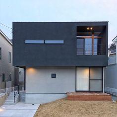 GrandLiving|素材を活かしたデザイン。大阪の注文住宅・リノベーションならグランリビング Minimal Architecture, Architecture Design, Japan House Design, Fairfield House, Japanese Modern House, Facade House, House Plans, New Homes, Floor Plans