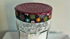 Aus einem leeren Einmachglas lässt sich kurzerhand ein praktischer Puderzuckerstreuer herstellen.