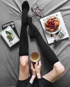 Кофе + черные чулки + журналы + девушка + ноги + новая