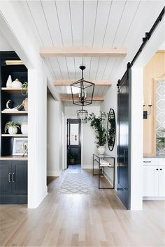 26 Amazing Modern Farmhouse Plans Design Ideas And Remodel. If you are looking for Modern Farmhouse Plans Design Ideas And Remodel, You come to the right place. Below are the Modern Farmhouse Plans D. Quinta Interior, Diy Interior, Dream House Interior, Interior Design Farmhouse, Rustic House Design, Modern Farmhouse Interiors, Interior Paint, Modern Farmhouse Lighting, Black Interior Doors