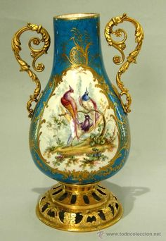 Jarron de Sevres S XIX escena de cetreria y aves fantasticas, realizado en porcelana pintada a mano y decorada con motivos florale en oro fino. La pieza se remata con bronces cincelados y  dorados con oro fino al mercurio.