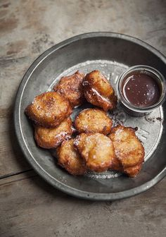 Ricotta Pear Donuts with Chocolate Sauce Beignets, Delicious Desserts, Dessert Recipes, Yummy Food, Ricotta, Winter Desserts, Jewish Recipes, Food Photo, Sweet Recipes