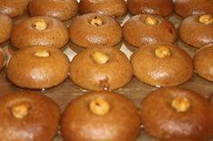 Şekerpare Osmanlı'dan günümüze Türk Mutfağının en beğenilen tatlılarından biridir. Bu tarifimizde şerbetli tatlıların en beğenilenlerinden resimli şekerpare tarifi paylaşacağız sizinle. Tarife geçmeden önce şekerpareden biraz bahsetmek istiyorum. Kimi yörelerde şerbetli kurabiye olarak anılan şekerpare bir saray tatlısıdır. Nice Osmanlı Sofralarına konuk olan Şekerpare günümüzde de Türk Tatlı Dünyasının vazgeçilmezleri arasındadır. Gelelim şekerpare tarifine. Aslında tarifler çok çeşitli.