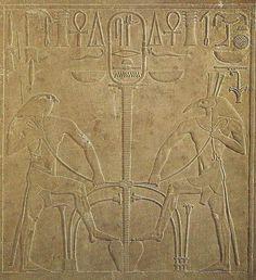 Détail du trône de Sésostris Ier montrant les dieux Horus & Seth procéder à l'unification symbolique de l'Égypte - XIIe dynastie - Musée égyptien du Caire.