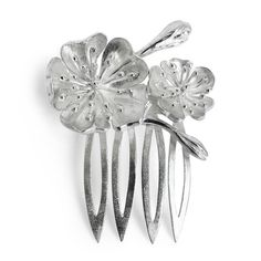 Make your hairstyle sparkle with the sterling silver small Julieta Comb, with its floral design adding a sweet and romantic accent to any haircut. Handmade by artisan jewellers, it promises to be a small yet special addition to your wedding day.